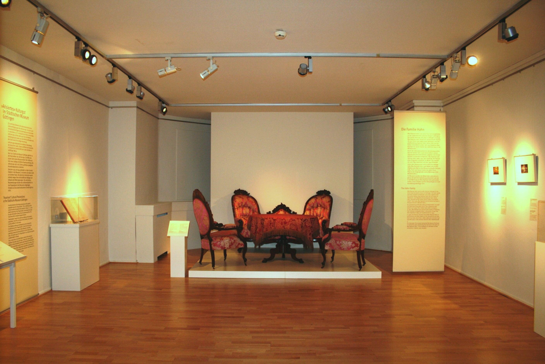 """Präsentation """"Die Möbel der Familie Hahn, Restitution ´arisierter´ Objekte aus dem Besitz von Max Raphael und Gertrud Hahn"""", Städtisches Museum Göttingen"""